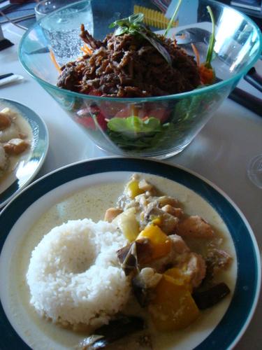グリーンカレーと牛肉サラダ